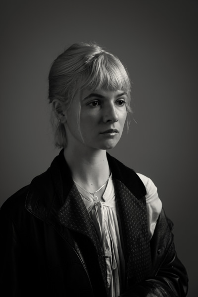 model with short side dark